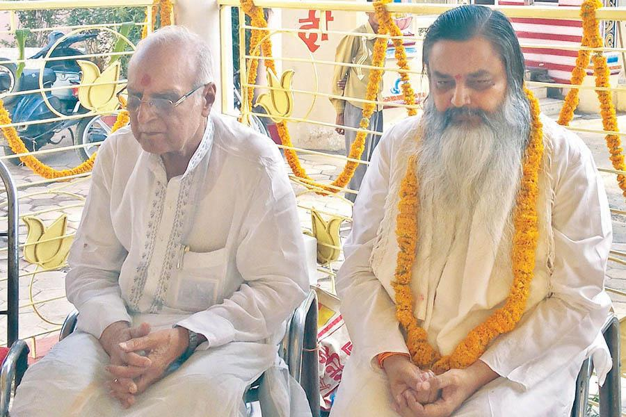 Brahmachari Girish Ji meditating with renowned Jyotishi Pundit Anand Shankar Vyas in May 2015