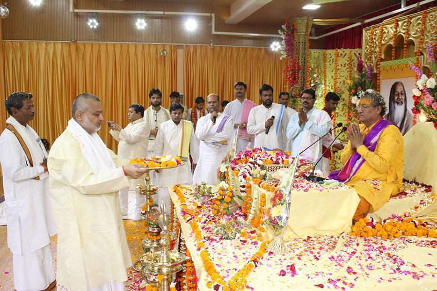 Brahmachari Girish Ji performing Bhagwat Ji aarti on Last Day - Katha Vishram Day of Shrimad Bhagwat Katha Amrit Pravah organised at Maharishi Utsav Bhawan of Gurudev Brahmanand Saraswati Ashram.