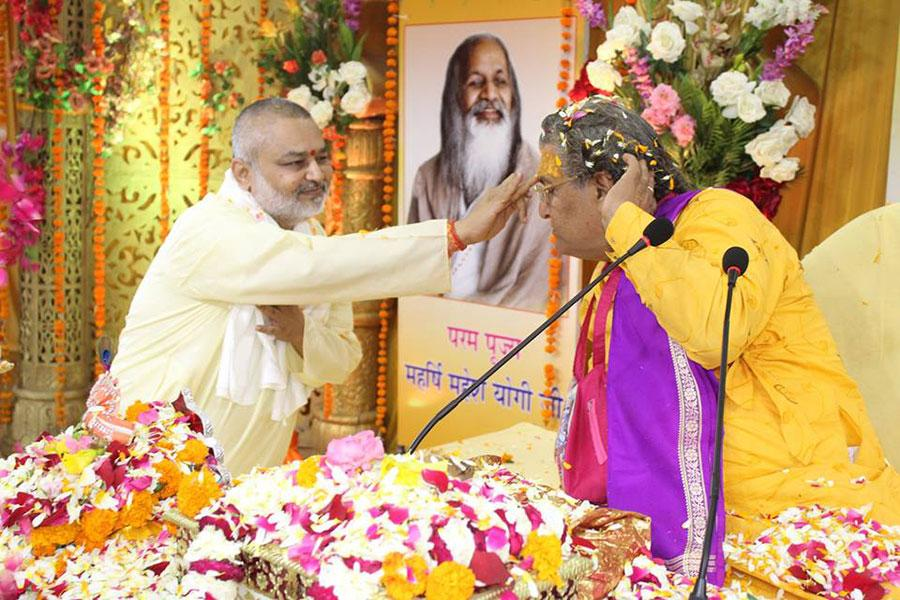 Brahmachari Girish Ji applying Tilak to Shri Acharya Ji on the last day - Katha Vishram Day of Shrimad Bhagwat Katha Amrit Pravah organised at Maharishi Utsav Bhawan of Gurudev Brahmanand