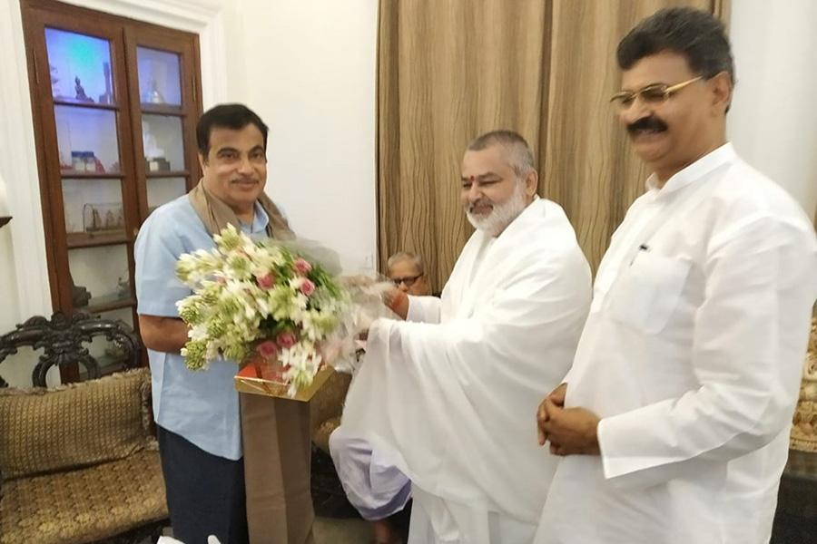 Brahmachari Girish Ji greeted Honourable Shri Nitin Gadkari Ji on his victory and grand victory of BJP.
